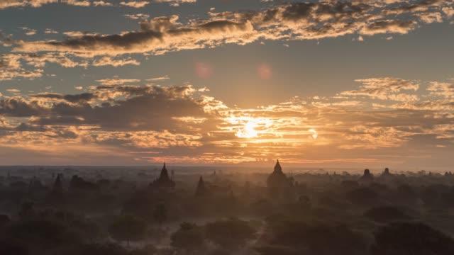 4 k の時間経過: マンダレー ミャンマーの古い u bein 橋 - 仏塔点の映像素材/bロール