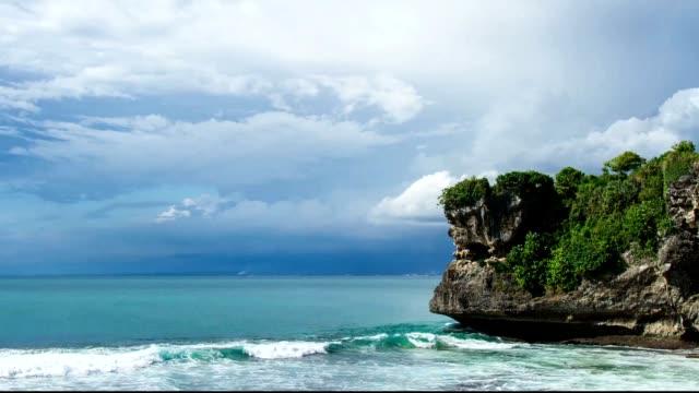 Zeitraffer auf Bali 4 k.  Zeitraffer Meer und cliff.  Wave und cloud. – Video