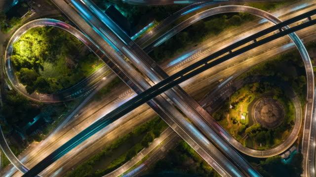 vídeos de stock, filmes e b-roll de lapso de tempo de 4k ou lapso hiper zoom: vista aérea rede ou cruzamento da estrada da estrada para fundo de conceito de transporte ou distribuição. - estrada principal estrada