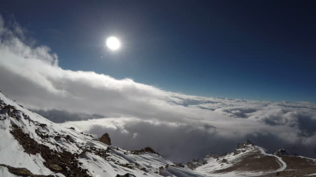 upływ czasu nad pochmurnym niebem na aconcagua - argentyna filmów i materiałów b-roll