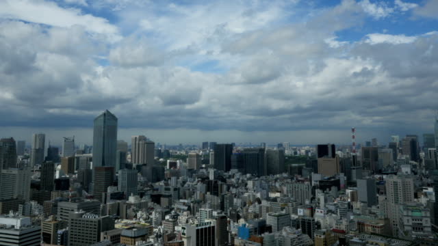 stockvideo's en b-roll-footage met time lapse overview of tokyo's densely populated horizon and summer skies shot from a skyscraper in 4k. - tokio kanto