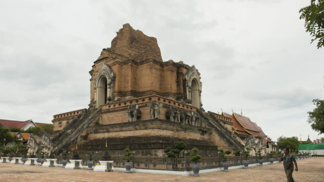 time lapse pagoda in wat chedi luang templa ,chiangmai province,thailand ; zoom in motion - lunghezza video stock e b–roll