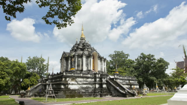 time lapse pagoda in wat phra yuen, wiang yong subdistrict, mueang lamphun district, lamphun province ; zoom out motion - lunghezza video stock e b–roll