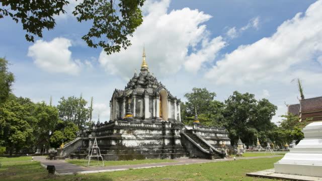 time lapse pagoda in wat phra yuen, wiang yong subdistrict, mueang lamphun district, lamphun province - lunghezza video stock e b–roll