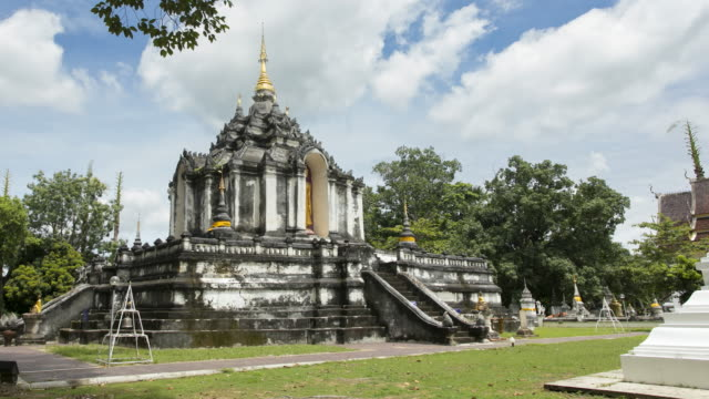 time lapse pagoda in wat phra yuen, wiang yong subdistrict, mueang lamphun district, lamphun province ; panning motion - lunghezza video stock e b–roll