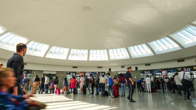 stockvideo's en b-roll-footage met 4k time-lapse: passagiers op de luchthaven inchecken op - schiphol