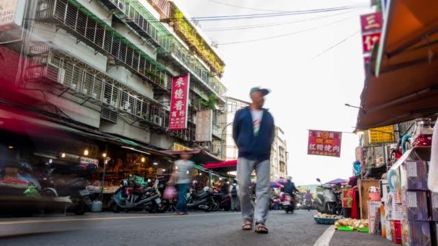 4 k zeitraffer: fußgänger drängten sich am morgenmarkt in taiwan. - antique shop stock-videos und b-roll-filmmaterial