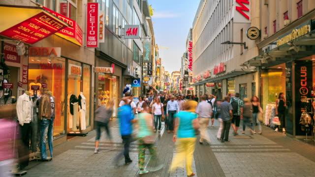4k Zeitraffer : Fußgänger an belebten Shopping-Zone – Video