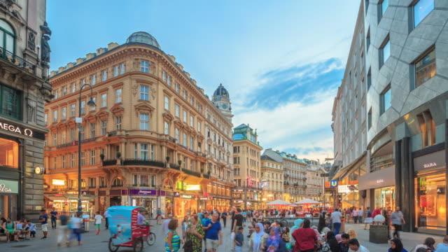 vídeos de stock, filmes e b-roll de lapso de tempo 4k : kartner movimentada rua de compras só para pedestres de viena - áustria