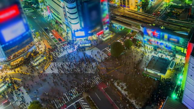 stockvideo's en b-roll-footage met 4k. time lapse voetgangers 's nachts en verkeer over shibuya crossing tokio, japan - dwarsweg
