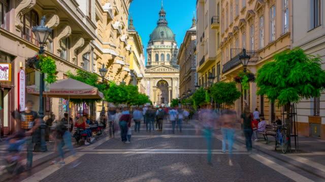vídeos de stock, filmes e b-roll de turista dos povos do lapso de tempo que anda na frente da basílica do st. stephen, budapest hungria - hungria
