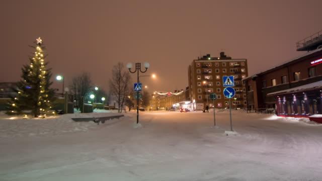 4k tidsfördröjning: personer som reser i kiruna city nattetid på vintern - norrbotten bildbanksvideor och videomaterial från bakom kulisserna