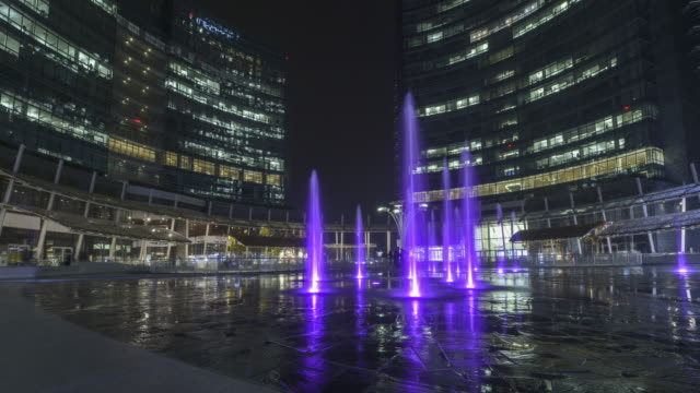 time lapse pf piazza gae aulenti by night - milan video stock e b–roll