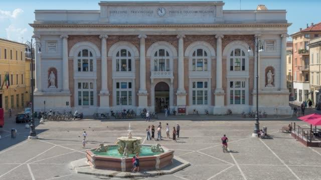 time lapse piazza con una fontana a centro