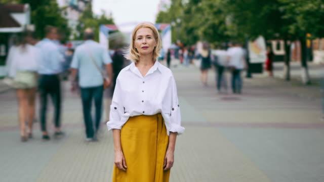 tidsfördröjning porträtt av snygg mogen kvinna i eleganta kläder i gatan - stationär bildbanksvideor och videomaterial från bakom kulisserna