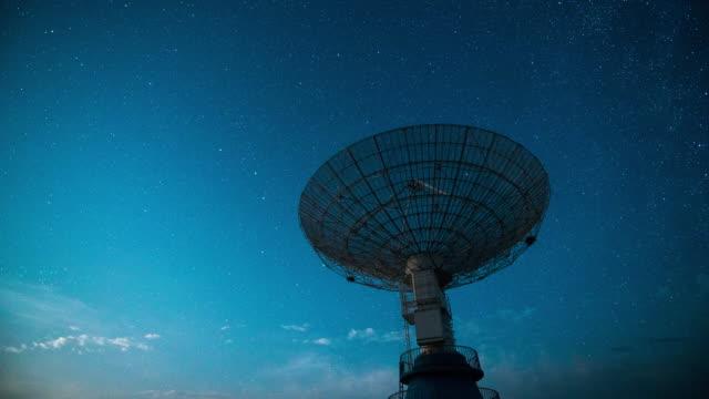 time lapse - radioteleskop unter der milchstraße - satellitenschüssel stock-videos und b-roll-filmmaterial