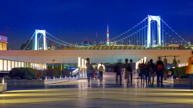 4 k tidsfördröjning: rainbow bridge viewpoint med bilfria publiken at night - odaiba kaihin koen bildbanksvideor och videomaterial från bakom kulisserna