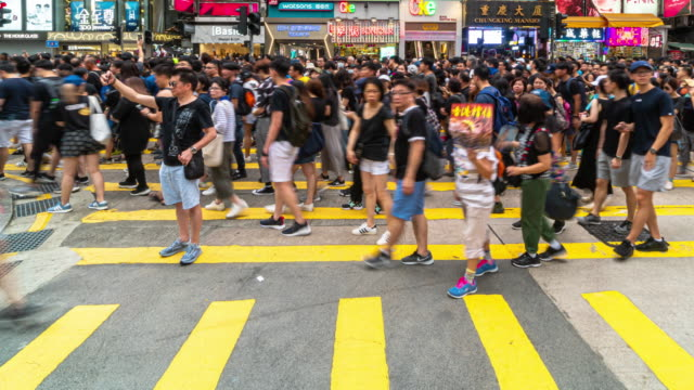 香港のチム・シャ・ツイ地区を歩く群衆の4kタイムラプスシーン - community activism点の映像素材/bロール