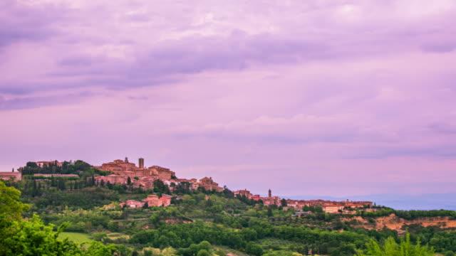 zeitraffer - malerische historische bergstadt in italien - 4k - rustikal stock-videos und b-roll-filmmaterial