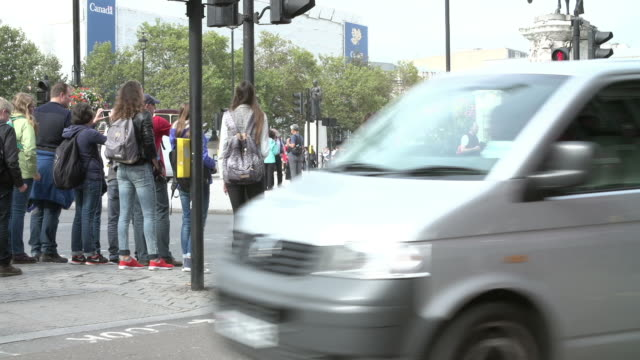 stockvideo's en b-roll-footage met time lapse sequence of busy pedestrian crossing with traffic - zebrapad