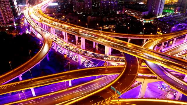 vidéos et rushes de temps qui passe-autoroute de nuit de shanghai - route surélevée