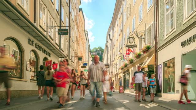 4 k tidsfördröjning: shoppinggatan i salzburg - videor med salzburg bildbanksvideor och videomaterial från bakom kulisserna