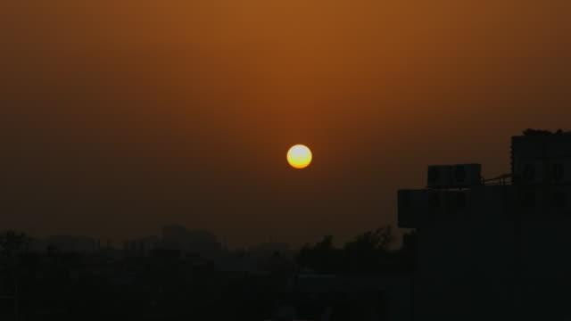 vídeos de stock, filmes e b-roll de lapso de tempo de fotografia de prédios ao pôr-do-sol, nova délhi, índia - nova delhi