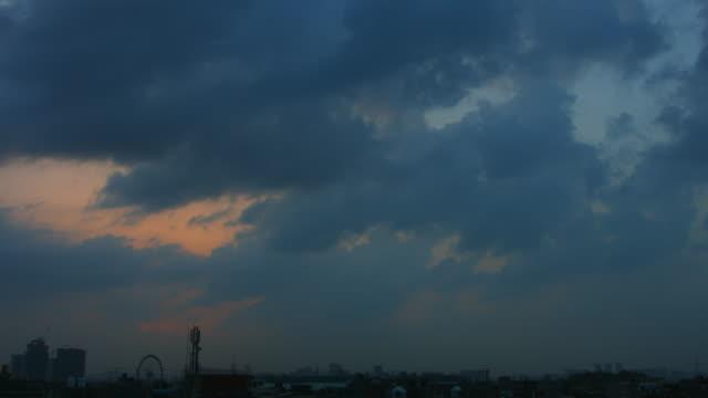 vídeos de stock, filmes e b-roll de lapso de tempo de disparo da cidade ao nascer do sol, nova délhi, índia - nova delhi