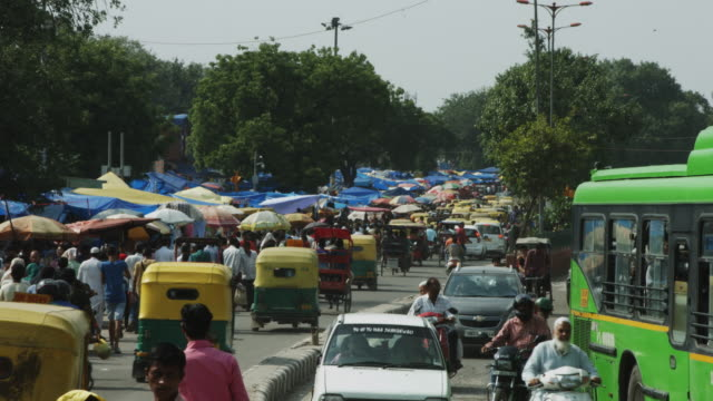 vídeos de stock, filmes e b-roll de lapso de tempo de disparo do tráfego em movimento na rua da cidade de delhi, índia - nova delhi