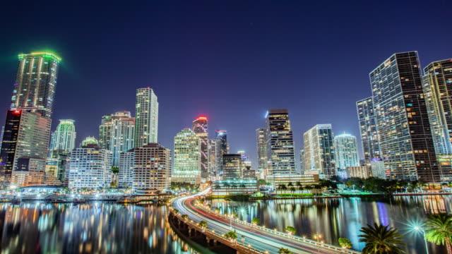 time lapse - skyline von miami city in waterfront bei nacht - panorama stock-videos und b-roll-filmmaterial