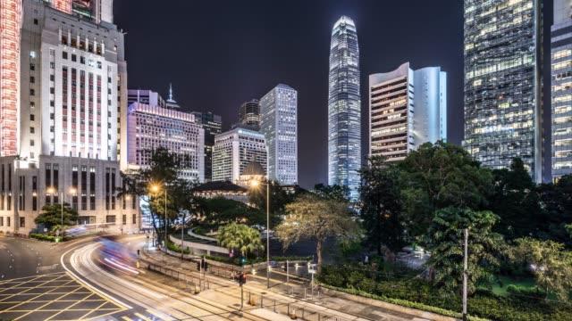 замедленная съемка ночной трафик-небоскребы и в гонконге - центральный район стоковые видео и кадры b-roll