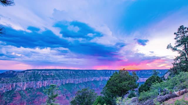 zeit verfallen - stürmischen wolken bei sonnenuntergang im grand canyon - arizona - grand canyon stock-videos und b-roll-filmmaterial