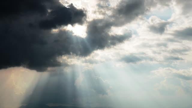 時間経過は空夜に暗い雲を太陽光線。 - 希望点の映像素材/bロール