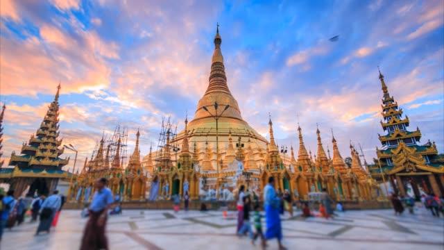 ヤンゴン、ミャンマー (ビルマ) のシュエダゴン・パゴダで 4 k、タイムラプス日の出 - 仏塔点の映像素材/bロール