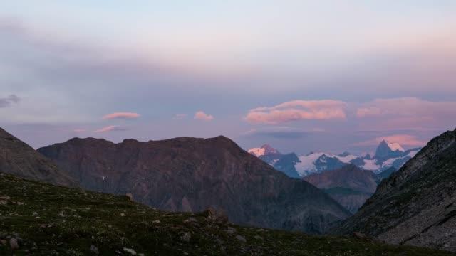 vídeos de stock e filmes b-roll de time lapse sunrise, massif des ecrins, the alps in france - altos alpes