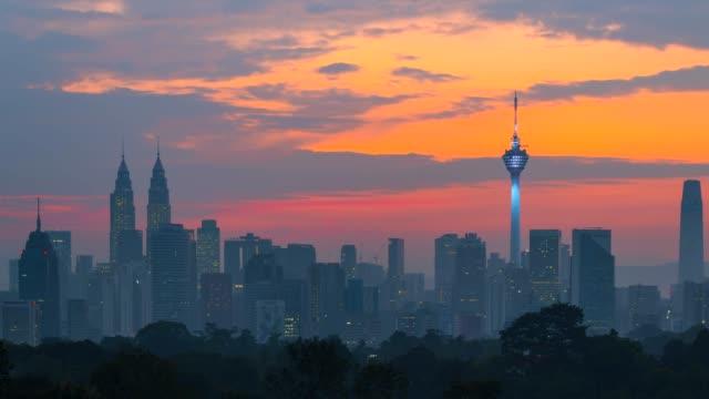 4k time lapse sunrise, night to day scene of kuala lumpur skyline with petronas twin tower and kl tower - kuala lumpur video stock e b–roll
