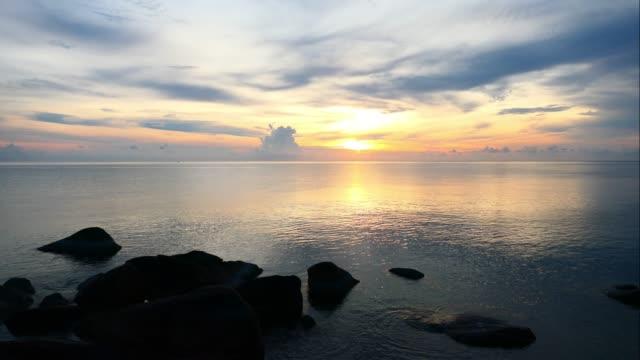 vídeos de stock e filmes b-roll de time lapse sunrise on sea and ocean background - linha do horizonte sobre água