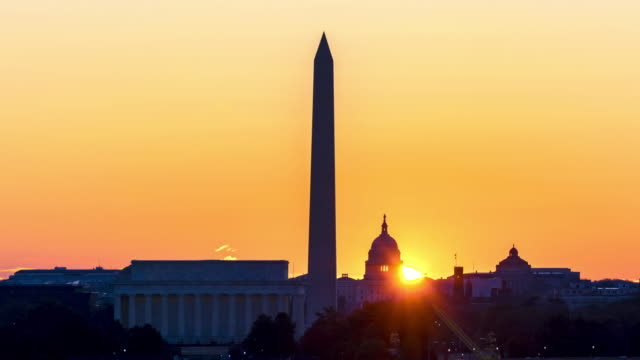 vídeos de stock e filmes b-roll de 4k uhd time lapse : sunrise over lincoln memorial, washington monument, and capitol building at washington dc, united state. - monumento