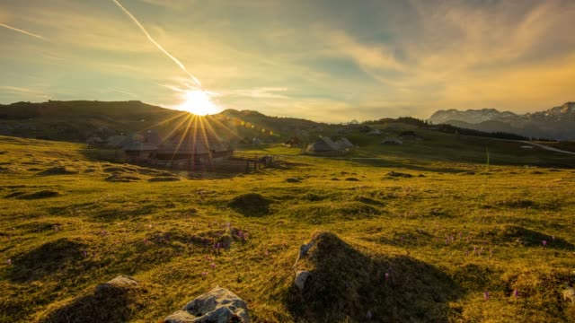 ws-zeit verfallen sonnenaufgang über dem ruhigen, idyllischen berglandschaft, herdsmens siedlung, velika planina, slowenien - landhaus stock-videos und b-roll-filmmaterial