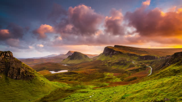 vidéos et rushes de time lapse: sunset at the quiraing sur l'île de skye en ecosse - highlands écossaises