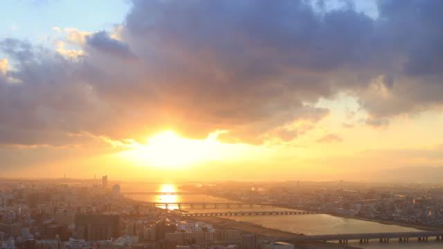 梅田スカイ ビル、大阪で日没の時間の経過 - 夜明け点の映像素材/bロール