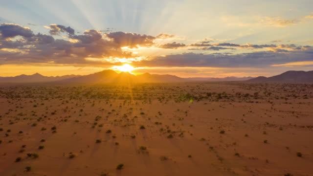 vídeos de stock, filmes e b-roll de ws time lapse sunset sobre majestosa paisagem do deserto, namíbia, áfrica - deserto