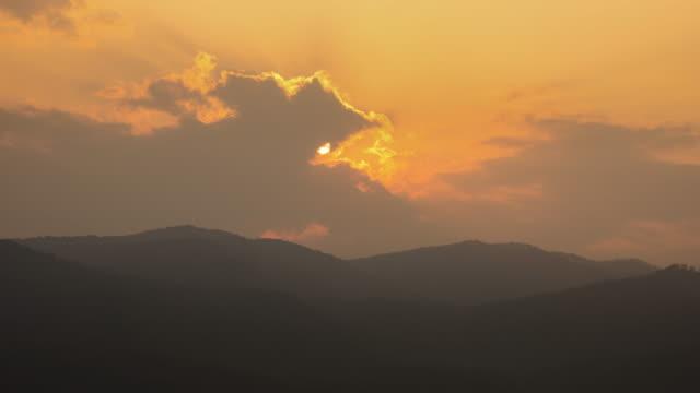 4 k t/l'intervallo di tempo tramonto passa nuvola colline dietro - 2016 video stock e b–roll