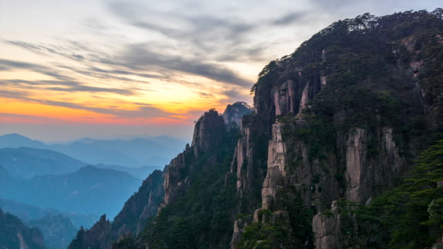 4k time lapse sunset scene of huangshan national park ,scene of mist, (yellow mountain) anhui province, china - наклон вверх стоковые видео и кадры b-roll