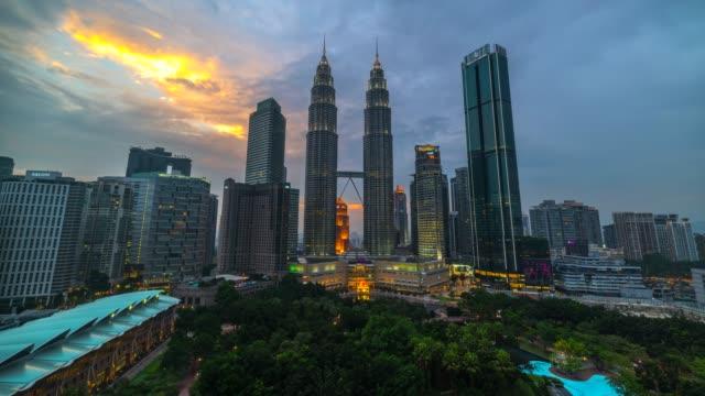 4k tids fördröjning sunset scene av movie moving cloud och petronas twin tower i kuala lumpur city, malaysia - petronas twin towers bildbanksvideor och videomaterial från bakom kulisserna