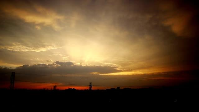 Céu do pôr do sol do lapso de tempo sobre horizonte urbano - vídeo