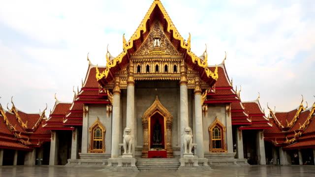 vídeos de stock e filmes b-roll de lapso de tempo de hd: templo em banguecoque, tailândia - dia de reis