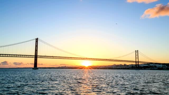 zeitraffer: 25 de abril bridge, lissabon - zahl 25 stock-videos und b-roll-filmmaterial
