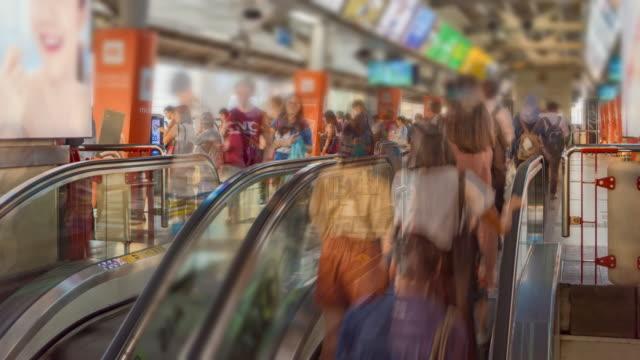 tidsfördröjning: rulltrapporna i tågstationen med publiken passagerare - billboard train station bildbanksvideor och videomaterial från bakom kulisserna