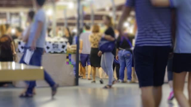 vidéos et rushes de 4 k temps caducs les modes de vie de la foule au centre commercial - faire la queue
